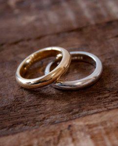 ハンドメイドならではの丸いフォルムがかわいいシンプルなゴールドとシルバー925のリング