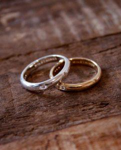 ダイヤモンドが埋め込まれたシンプルなシルバーとゴールドのリング