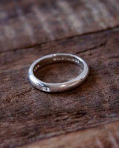 彼女へのプレゼントにおすすめなダイヤが埋め込まれたシルバー925のシンプルなリング