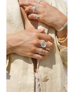 シンプルなドットストライプがキュートなシルバー925のリングをつけた女性