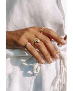 シンプルなドットストライプがキュートな18kゴールドメッキのリングをつけた女性