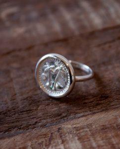コインにヤシの木があしらわれたシルバー925のリング