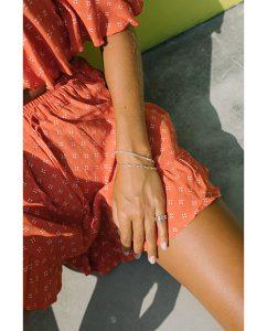 シンプルなシルバー925のチェーンブレスレットをつけた女性
