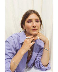 シンプルなシルバー925のバングルをつけた女性