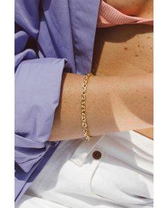18kゴールドメッキのゴツめのチェーンブレスレットを重ね付けした女性