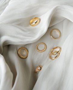 ハンドメイドならではの丸いフォルムがキュートなシンプルなダイヤモンドを埋め込んだ18kゴールドメッキのリング