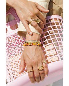 指まわりのアクセントにおすすめの18kゴールドメッキのリングをつけた女性