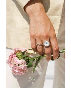 指まわりのアクセントにおすすめのスターリングシルバー925のリングをつけた女性