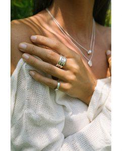 ハンドメイドならではの丸いフォルムがキュートなシンプルなシルバー925のリングをつけた女性
