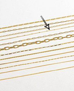 シンプルな18kゴールドメッキのスタッドチェーンネックレスの平置き