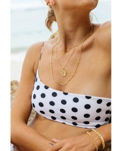 シンプルな18kゴールドメッキのスタッドチェーンネックレスをつけた女性