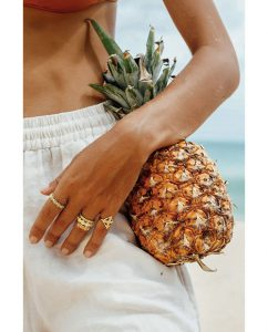 太陽がモチーフの18kゴールドメッキのリングをつけた女性