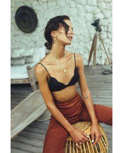 キュートなチャーム付きの18kゴールドメッキのネックレスをつけた女性