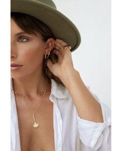 雨の滴がモチーフの18kゴールドメッキのネックレスをつけた女性