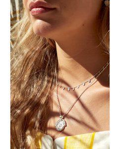 雨の滴がモチーフのスターリングシルバー925のネックレスをつけた女性