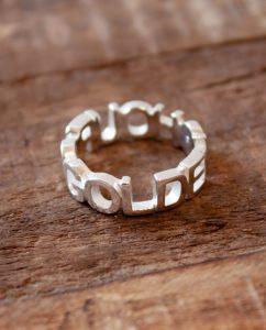 ハンドメイドのゴールデンアワーの文字に形どられたシルバー925のリング