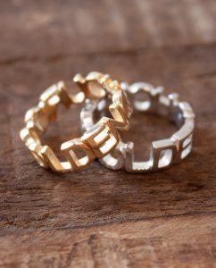 ハンドメイドのゴールデンアワーの文字に形どられたゴールドとシルバーのリング