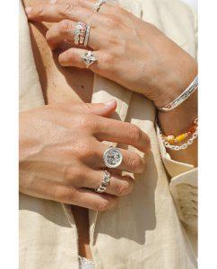 太陽がモチーフのシルバー925の指輪を重ね付けした女性