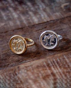 コインにヤシの木があしらわれたゴールドとシルバー925のリング