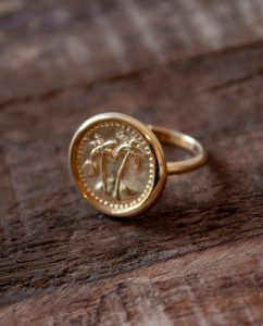 コインにヤシの木があしらわれた 18kゴールドメッキのリング