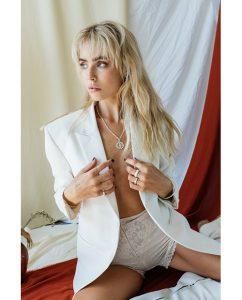 きっとうまくいくと刻まれたシルバー925のネックレスをつけた女性