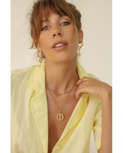 ハンドメイド18kゴールドメッキのネックレスをつけた女性
