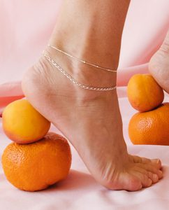 女性の脚を引き立てるシンプルなスタッドチェーンのアンクレット
