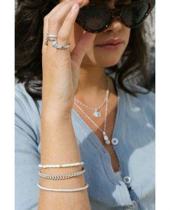 華奢なシルバー925のヴィンテージな雰囲気漂うバングルをつけた女性