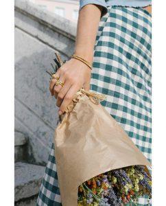 華奢な18kゴールドメッキのヴィンテージな雰囲気漂うバングルをつけた女性