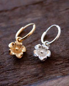 揺れるお花のチャームがついたゴールドとシルバーのフープピアス
