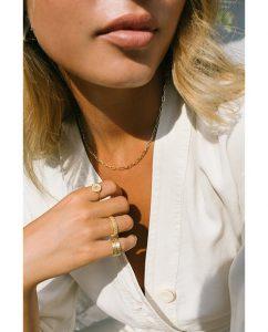シンプルな18kゴールドメッキのラウンドネックレスが似合う女性