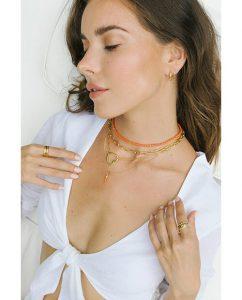 シンプルな18kゴールドメッキのネックレスを重ね付けした女性