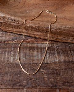 シンプルなゴールドのロープチェーンのネックレス