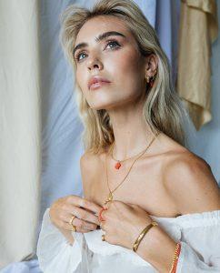 45cmのロープチェーン18kゴールドメッキネックレスをつけた女性