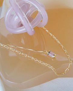 華奢なネックレスと相性の良い18kゴールドメッキの大ぶりなネックレス