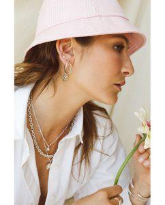 シルバー925ヴィンテージピーチのペンダントトップのネックレスをつけた女性