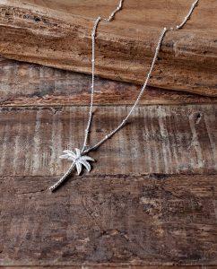 ヤシの木モチーフのペンダントトップをチェーンに通した参考画像
