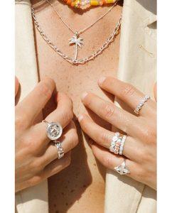 シルバー925ヤシの木モチーフのペンダントトップのネックレスをつけた女性