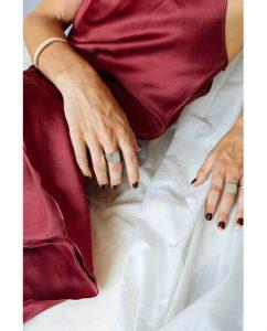大ぶりなシルバー925のリングをつけドレスを着た女性