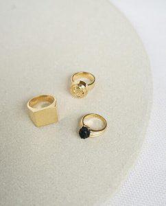 並べられた18kゴールドメッキの指輪