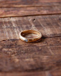 3月の誕生石アクアマリンのストーンが埋め込まれた18kゴールドメッキのリング