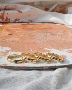 カラーストーンを埋め込んだ18kゴールドメッキのリング