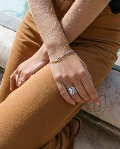 アクアマリンカラーのストーンを埋め込んだシルバー925のリングをつけた女性