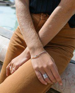 シトリンカラーのストーンを埋め込んだシルバー925のリングをつけた女性