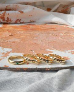 シトリンカラーのストーンを埋め込んだゴールドのリング