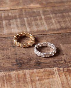 ジルコニアの石を埋め込んだゴールドの指輪