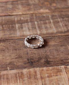 ジルコニアの石を埋め込んだシルバー925の指輪