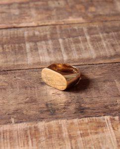 メンズライクで大ぶりなゴールドのリング