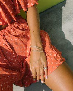 幅広いコーディネートに合うシルバー925のシンプルなブレスレットをつけた女性の手
