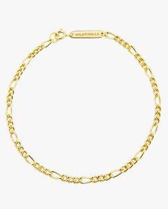 幅広いコーディネートに合うゴールドのシンプルなブレスレットのアップ